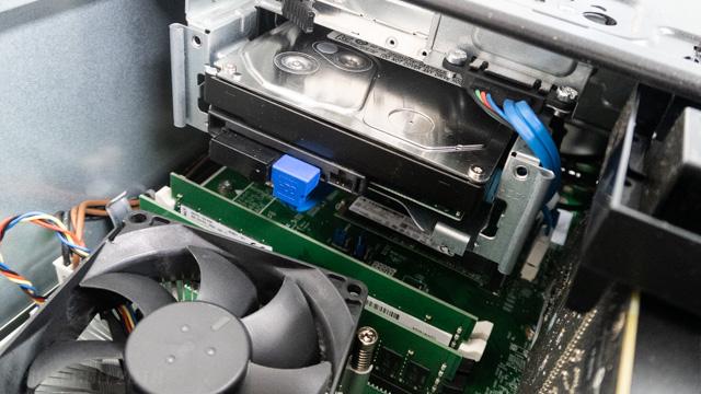 入り組んだパソコン内部