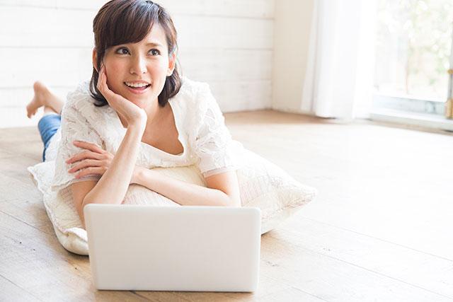 ノートPCを操作する女性