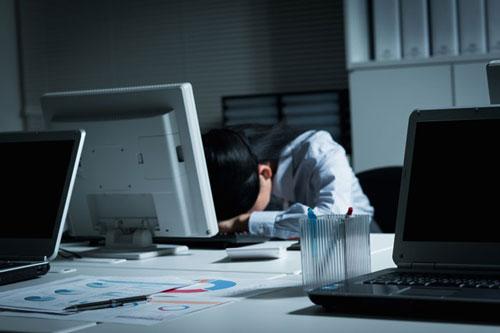 パソコンが故障した女性